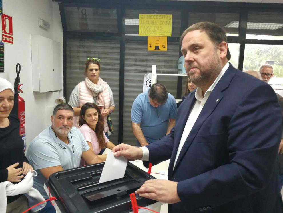Momento en el que Oriol Junqueras, vicepresidente de la Generalitat, ha acudido a depositar su voto en un colegio habilitado para el referéndum catalán.