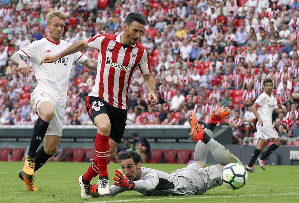 El jugador del Athletic de Bilbao Aritz Aduriz y el portero del Sevilla  Sergio Rico pelean un balón durante el partido de este sábado. d41e21e9097e9