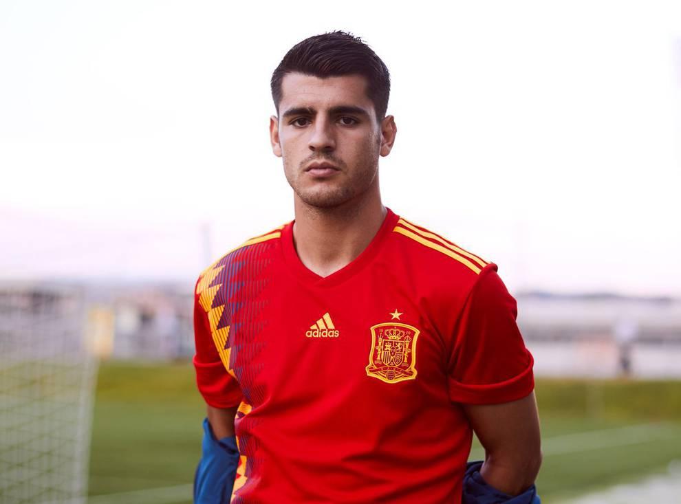 3d085ef6525bc El delantero internacional Álvaro Morata posa con la nueva elástica de  la  Roja