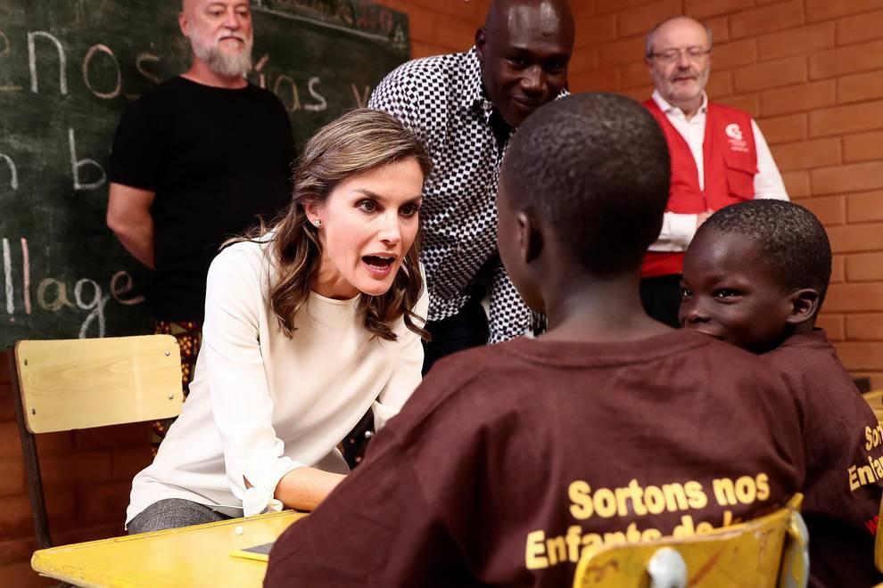 Viaje a Senegal de la reina Letizia (1/27) - Imágenes de la visita a un centro de acogida a niños para ver las labores de cooperación española en el país africano. - Sociedad -