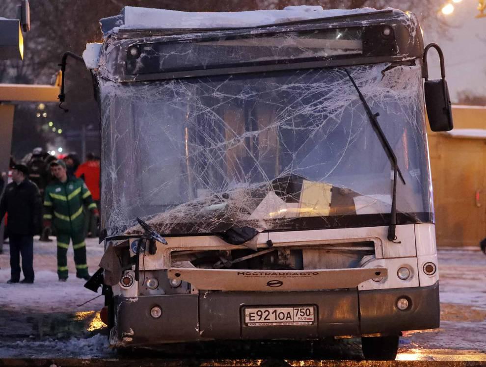 Un autobús pierde el control y acaba en una boca de metro de Moscú (1/12) - Cinco personas han muerto y 13 heridas tras ser arrolladas por un autobús a la salida del metro de Moscú - Sucesos -