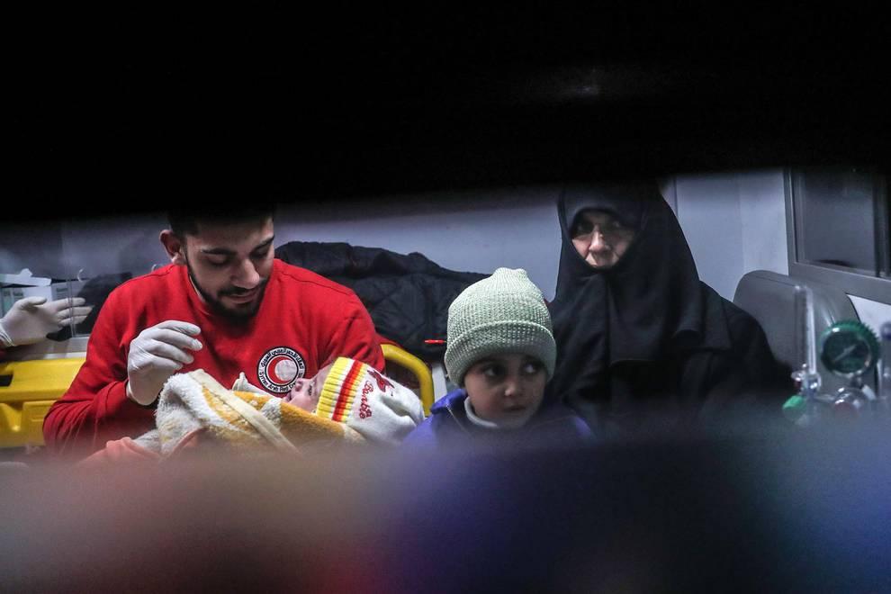 Evacuación de enfermos y heridos en el este de Damasco (1/12) - Entrega de 29 enfermos procedentes del feudo terrorista sitiado por las fuerzas gubernamentales de Siria, en el este de Damasco - Internacional -