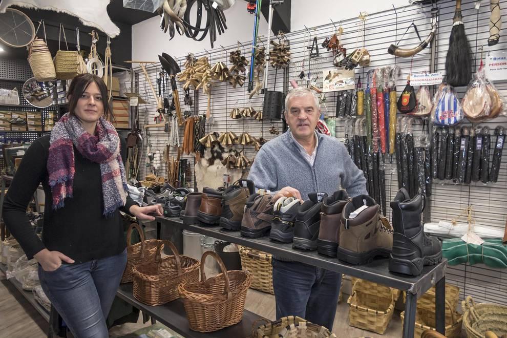 Miriam Goyache Fernández de Roitegui con su padre, Evaristo Goyache Sardina, en la tienda.