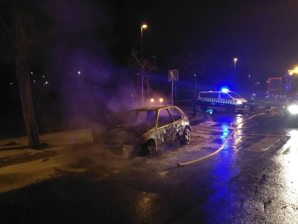 Un incendio fortuito calcina un coche en el Polígono Agustinos de Pamplona