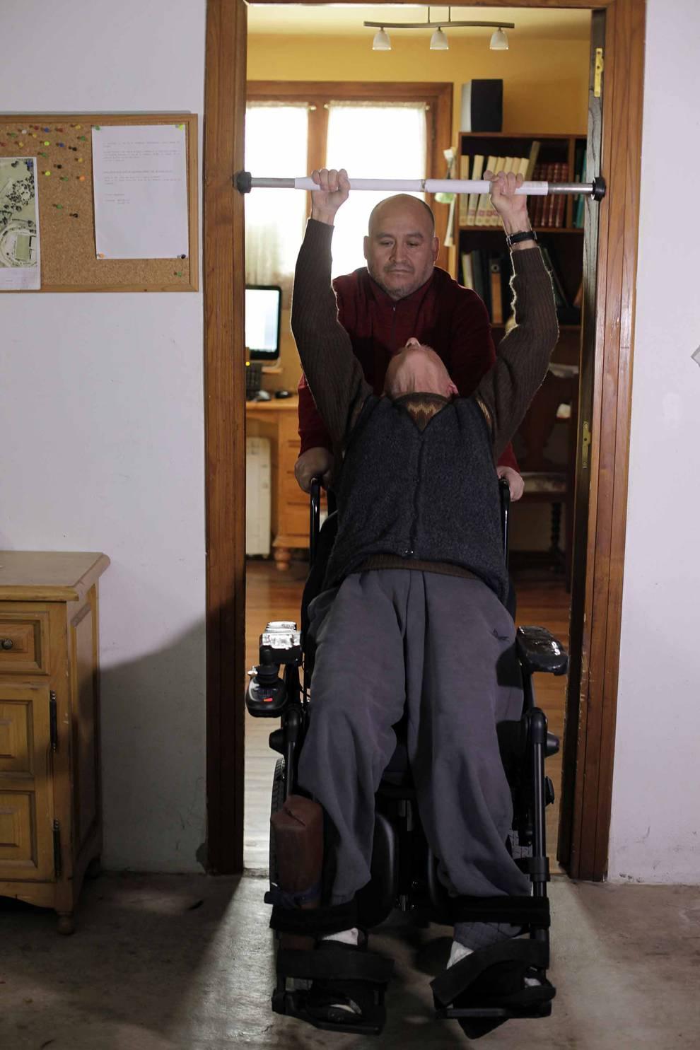 Cada día, al concluir su rutina de trabajo, Tomás realiza ejercicios de estiramiento con una barra.