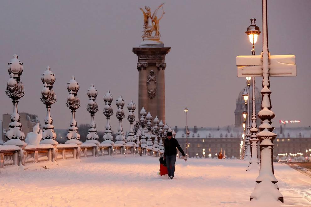 La nieve suma a París en el caos pero deja imágenes espectaculares (1/18) - Atascos récord en París y sin autobuses por el temporal de nieve - Internacional -