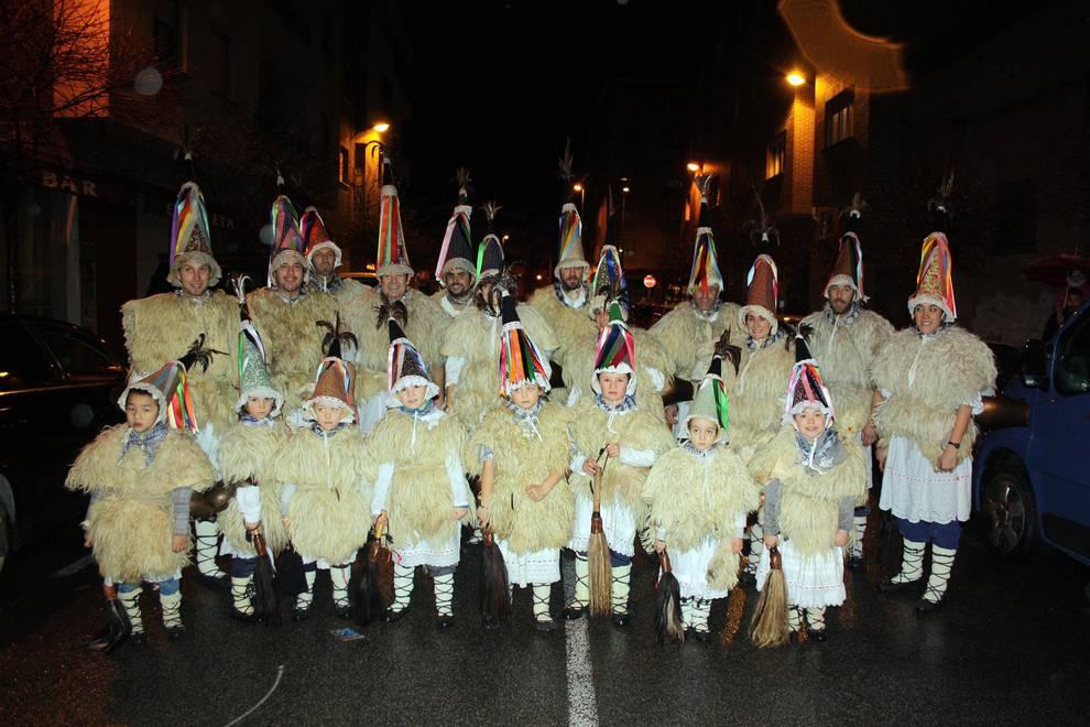 Las calles de Huarte reciben a minervas y Tipulón (1/10) - El fin de semana del 2 y 3 de febrero los vecinos de Huarte celebraron su Carnaval rural. La tarde del viernes estuvo dedicada a los más pequeños, con kalejira, chocolatada y espectáculo infantil. Pero el día grande fue el sábado, con protagonismo del personaje Tipulón, que recorrió las calles de la villa acompañado de los otros protagonistas tradicionales de la villa: minervas, txatxos y ioaldunak. - Navarra -