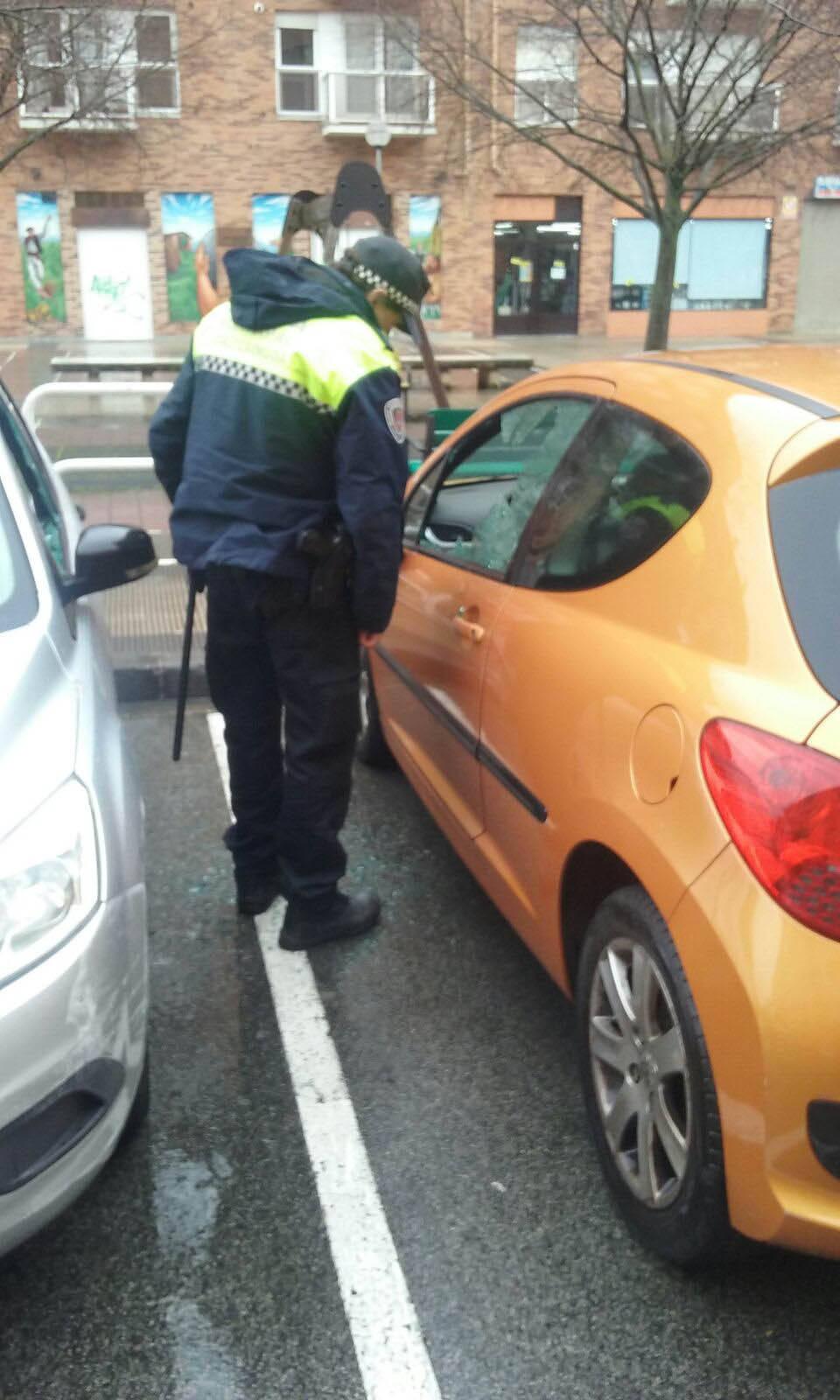 Aparecen más de una decena de coches con daños intencionados en la Rochapea