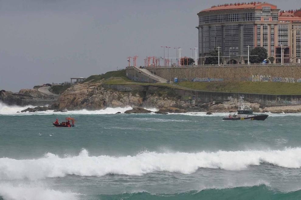Se reanuda la búsqueda de la joven arrastrada por el mar en A Coruña ...