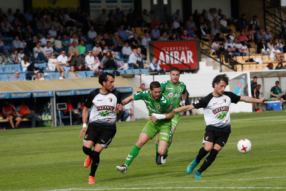 Messeguer controla el balón ante su compañero Sergio Martínez.
