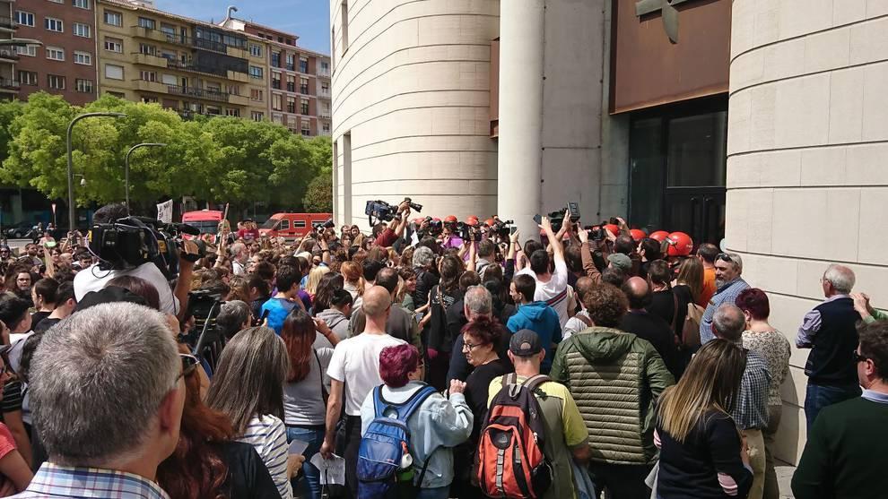 Concentración de este viernes ante el Palacio de Justicia de Pamplona. (1/8) - Cientos de personas vuelven a manifestarse en Pamplona contra la sentencia de 'La Manada' - Navarra -