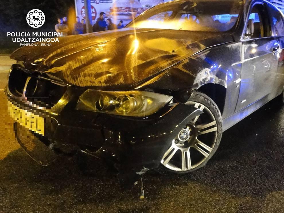 Aparatoso accidente sin heridos en la glorieta de la calle Tajonar ...