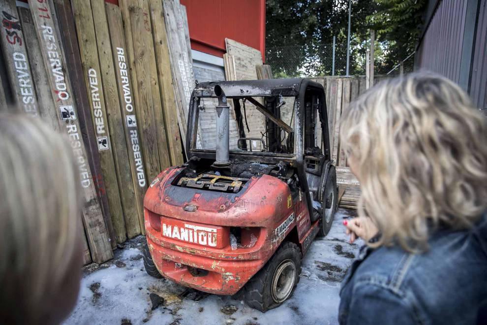Imágenes del sabotaje en los corrales del Gas (10/21) - Han aparecido varias pintadas y se ha incendiado una máquina elevadora utilizada para transportar las piezas del vallado - Navarra - null