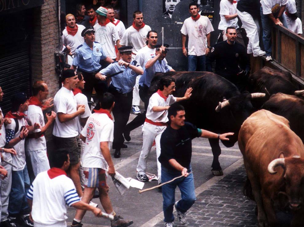 1998. Cuatro mansos huidos en el encierro y cinco agentes municipales al rescate