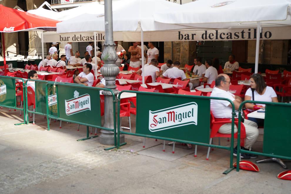 Fotos de los almuerzos del 6 de julio (1/15) - Como es habitual, las cuadrillas de amigos han madrugado este viernes 6 de julio para almorzar antes del chupinazo - San Fermín -