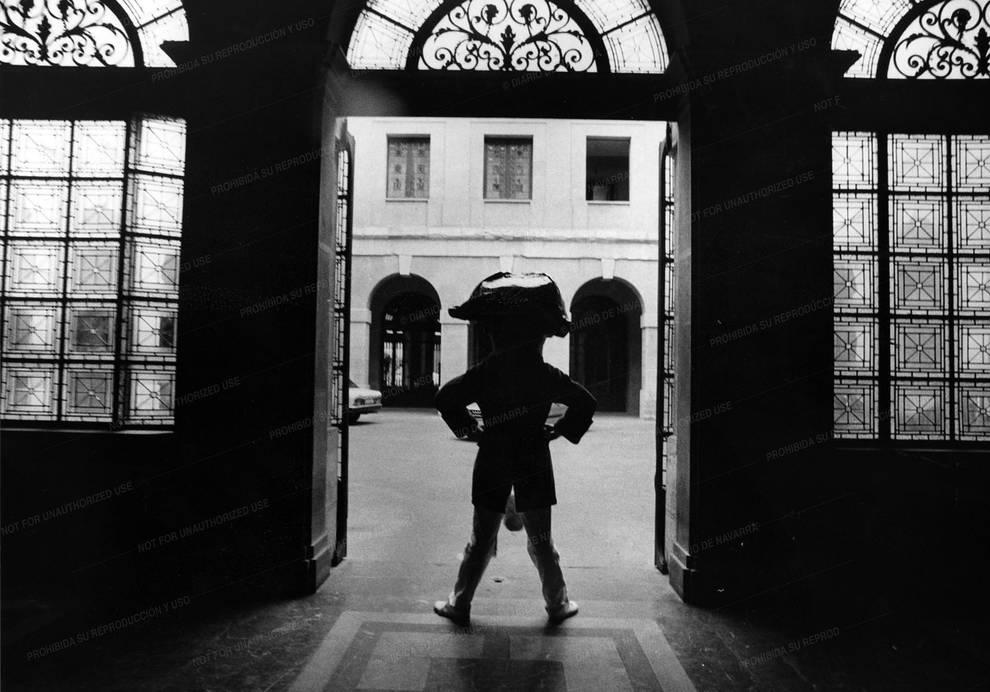 La hemeroteca de San Fermín: Los más grandes para los más txikis (1/16) - La Comparsa de  Gigantes y Cabezudos se ha convertido a lo largo de los años en uno de los símbolos de la fiesta de San Fermín. Son personajes muy queridos por los habitantes de esta ciudad, que los han visto desfilar desde siempre. Llenan las caras de los más pequeños de sonrisas e ilusión. - San Fermín -