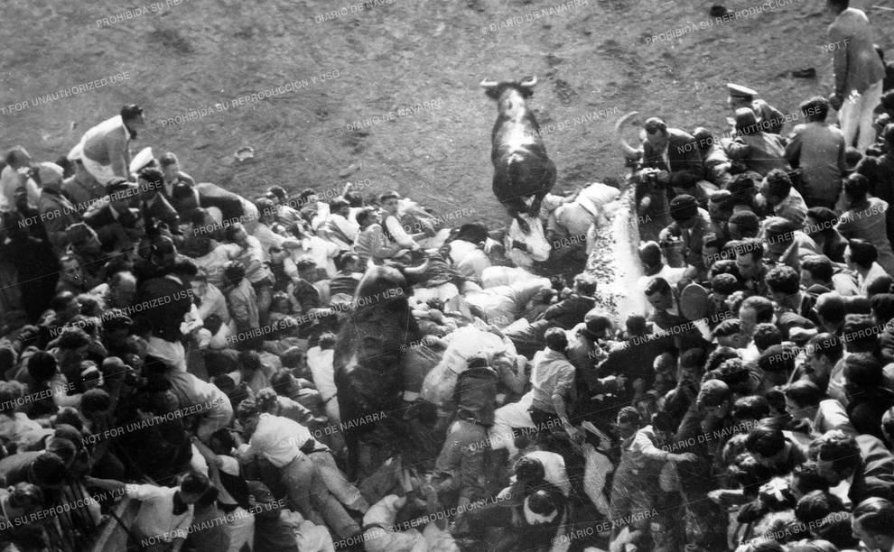 La hemeroteca de San Fermín: Montones de infarto (1/11) - El primer montón en un encierro sanferminero se produjo en 1922, año en el que se inauguró la plaza de toros de Pamplona. Desde entonces, el callejón o incluso la calle Estafeta han sido testigos de cientos de caras de pánico, momentos de agobio y gran tensión. También de desenlaces trágicos, como las dos muertes, en 1975 y 1977, que se han producido por estos tapones humanos - San Fermín -