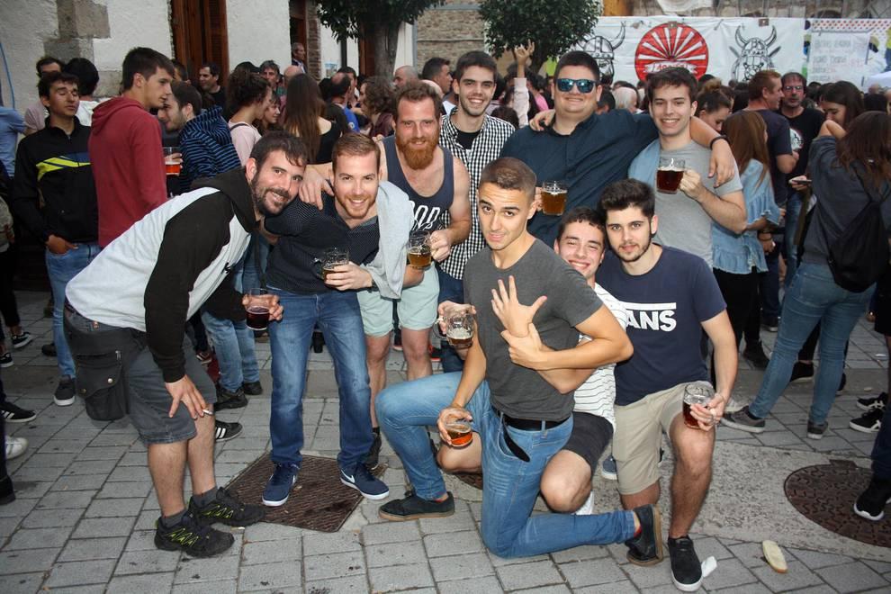 Cerveza refrescante para un brindis de verano (1/9) - La Fiesta de la cerveza se ha convertido en una de las citas fijas de los veranos en Aoiz. En esta ocasión, se celebró el sábado 21 de julio con la plaza del Mercado como escenario del brindis de las típicas jarras. - Navarra -