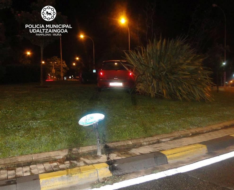 Se accidenta en una rotonda en Pamplona tras arrancar una señal y da ...