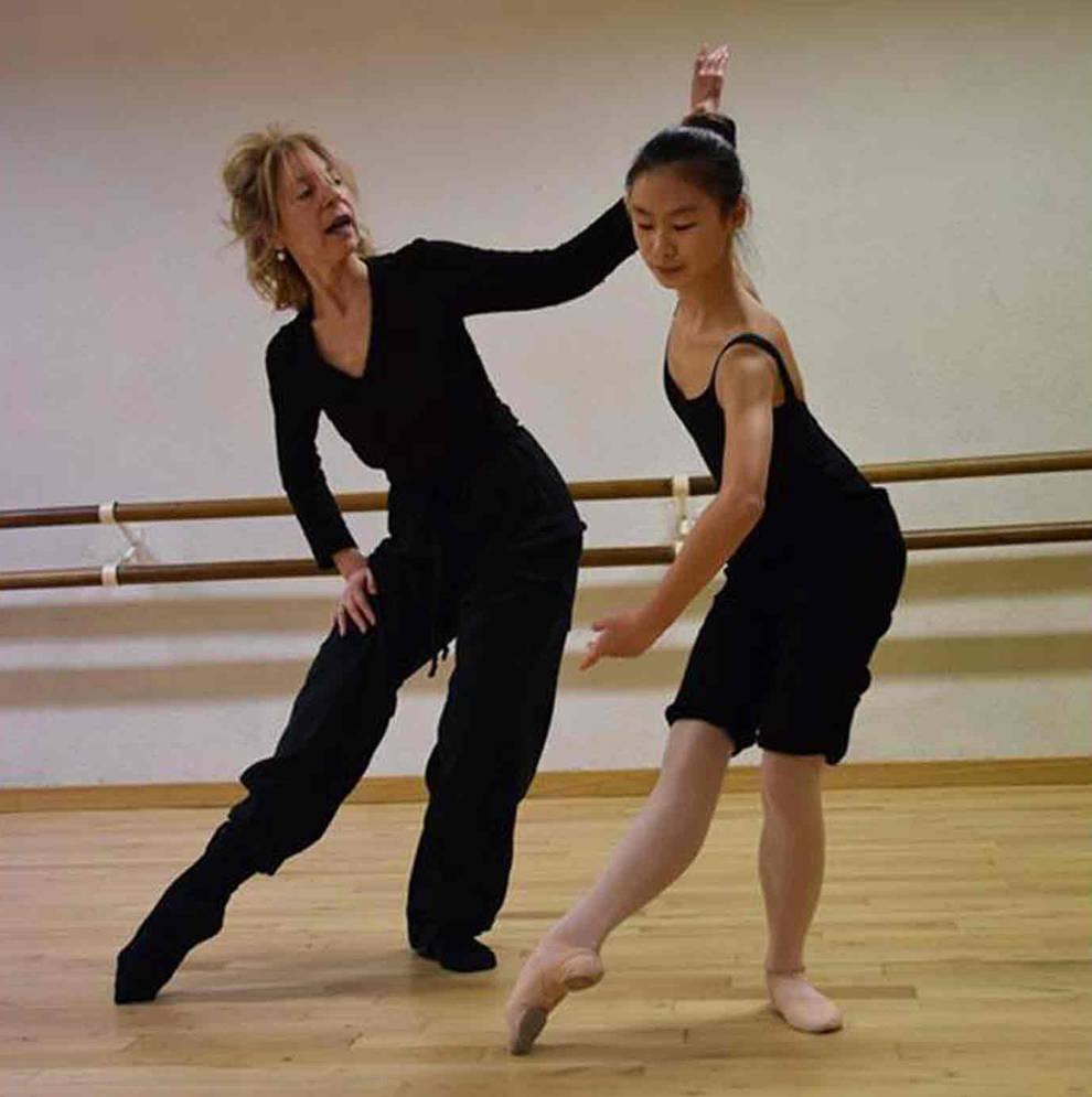 Imagen de Almudena Lobón impartiendo clase en la escuela de danza que lleva su nombre.