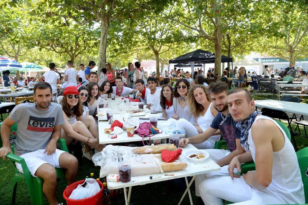 Costillada en el día grande de las fiestas de Huarte (17 de septiembre) (1/11) - Público de todas las edades llenó El Ferial en el día grande de las fiestas de Huarte - Pamplona y Comarca -