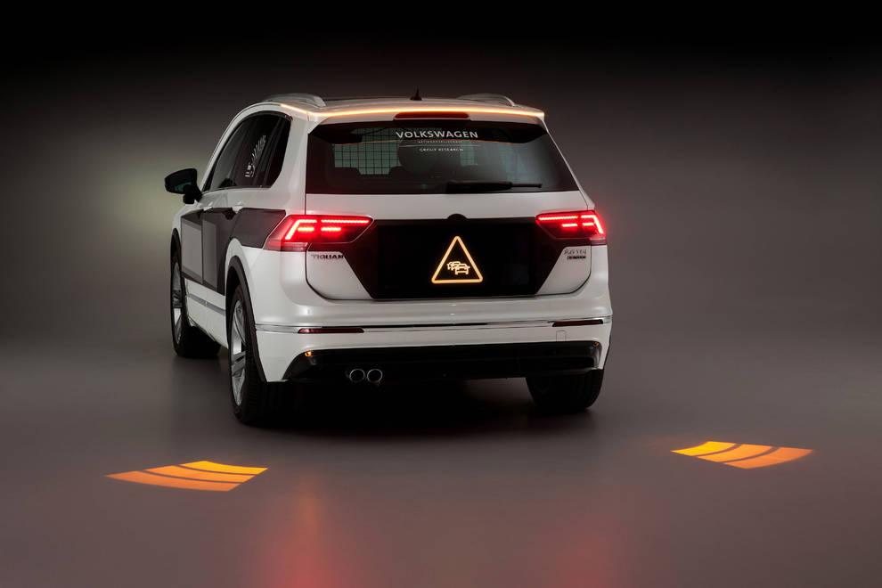 Los faros del futuro Volkswagen (1/11) - Los nuevos sistemas de alumbrado ayudarán a elevar los estándares de seguridad , según Volkswagen, que acaba de presentar los faros que proyectan información sobre la carretera. - Motor -