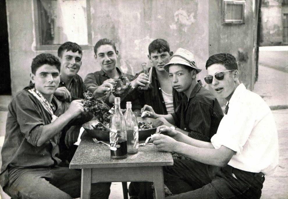 Cuadrillas y familias de Fitero reunidas en torno a las patatas a la Manarra (1/5) - Fotografías antiguas de cuadrillas y familias de Fitero sentados a la mesa en torno a las patatas a la Manarra - Recetas -