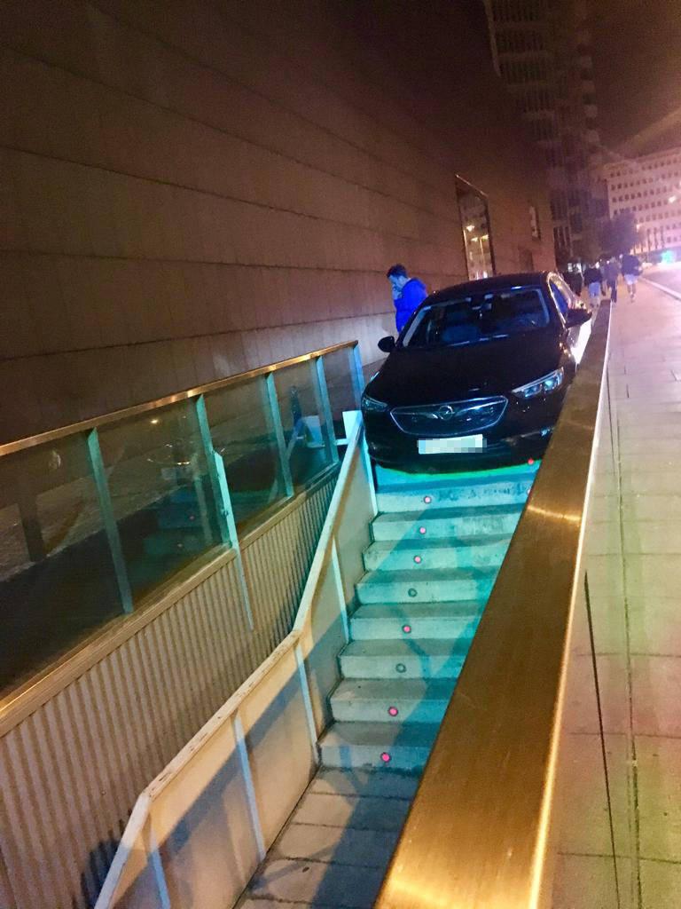 Intenta entrar ebrio con su coche en el parking de Baluarte por las escaleras