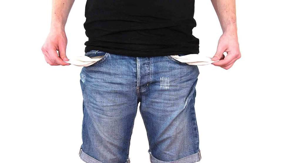 Imagen de una persona con los bolsillos vacíos
