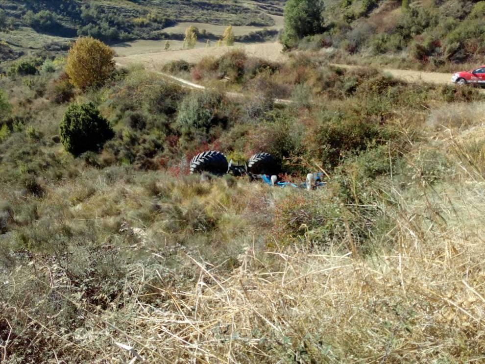 Fallece el conductor de un tractor al caerse por un barranco en Echarren de Guirguillano