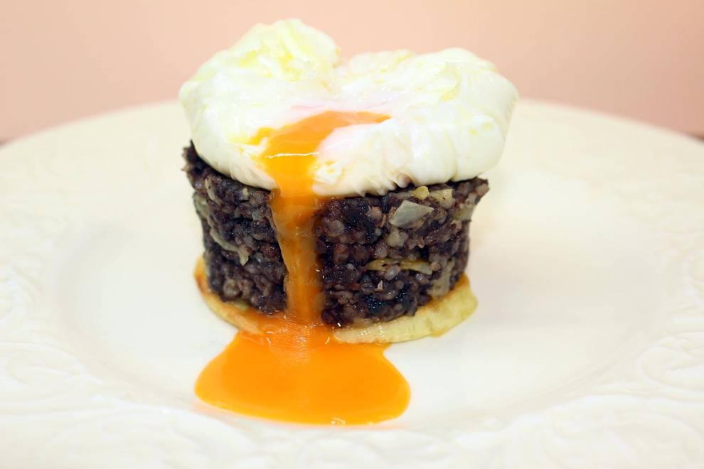 Timbal de morcilla con huevo escalfado y patata