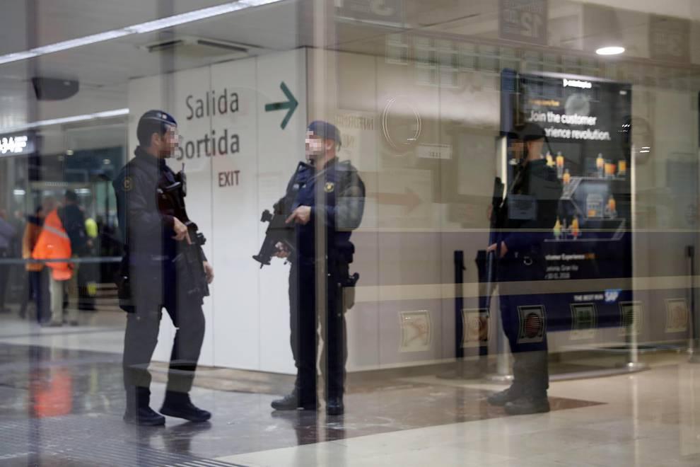 La hebilla de un cinturón provoca el desalojo de Sants y Atocha (1/11) - La hebilla de un cinturón con forma de granada motiva el desalojo de las estaciones de Sants y Atocha - Nacional -