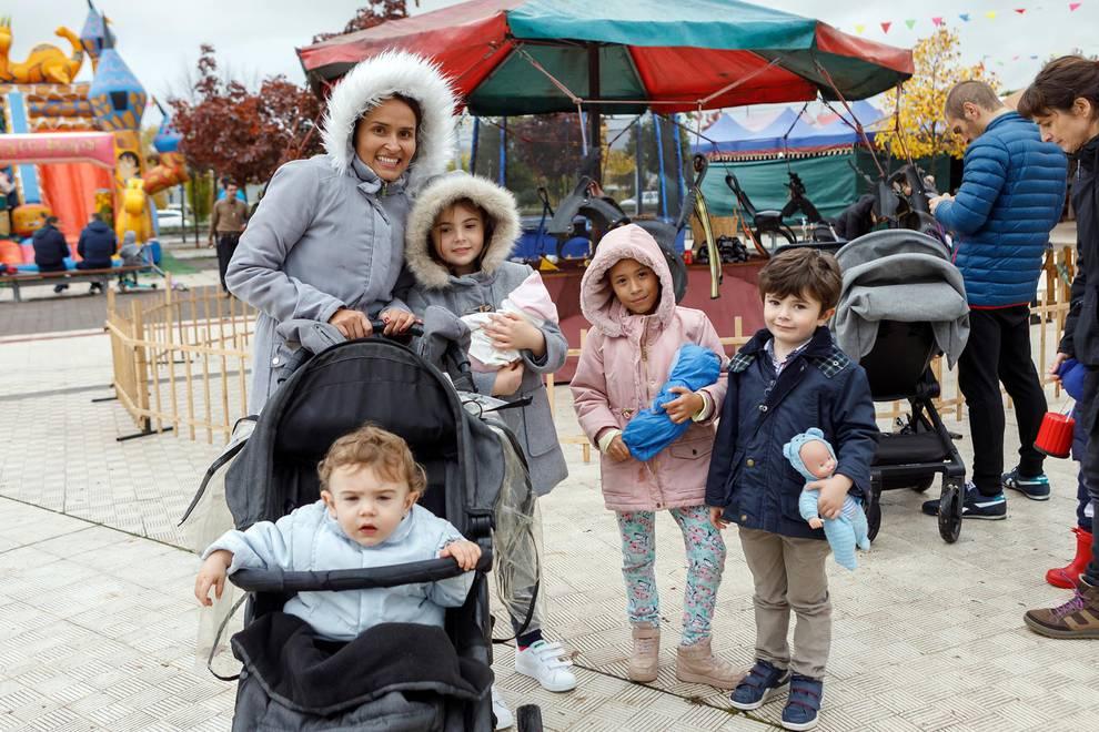Sarriguren se encuentra en la feria de artesanía (1/8) - Los vecinos de Sarriguren disfrutaron el fin de semana del 2 al 4 de noviembre de la Feria de Artesanía, en la que se instalaron atracciones ecológicas infantiles, exposición de oficios del campo, expositores de gastronomía y artesanía, rincón de juegos y otras muchas sorpresas. La cita se desarrolló en la calle peatonal de Bardenas Reales. - Navarra -
