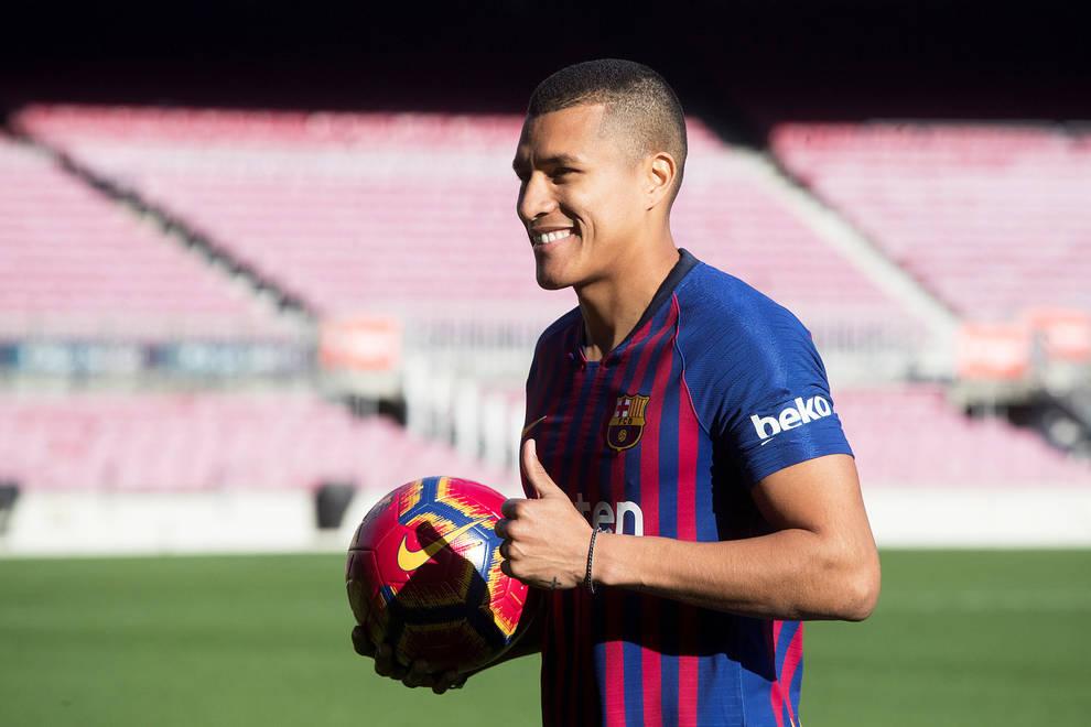 El defensa colombiano Jeison Murillo posa en el Camp Nou con la camiseta  del FC Barcelona af8e5ad8e547e