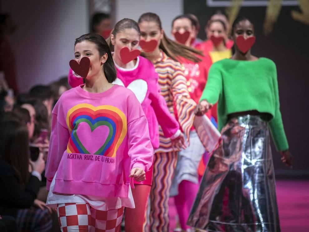 bf716043b5 El color rosa y los corazones fueron los protagonistas de un desfile que  mostró la cara más alegre de las modelos.