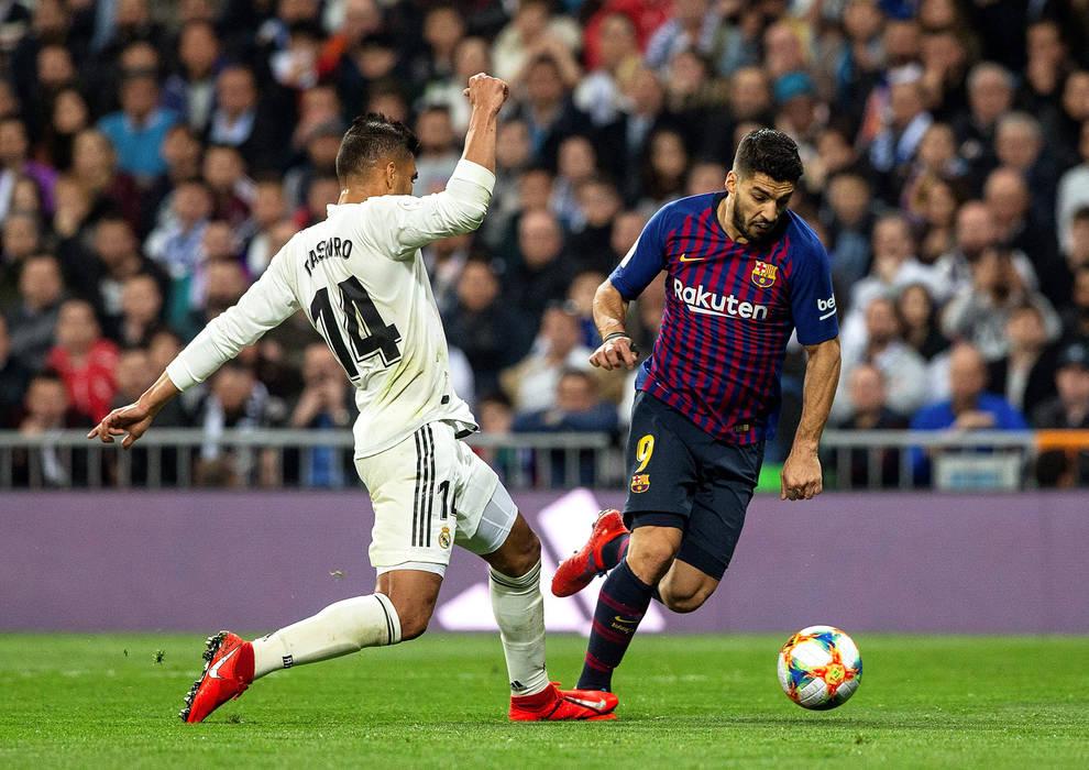 Momento en el que Casemiro comete el penalti sobre Luis Suárez que supuso  el tercer gol del encuentro 8d054371207