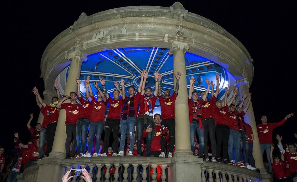 f24a696e5b84 (1 143)-Osasuna celebra el ascenso en la Plaza del Castillo-