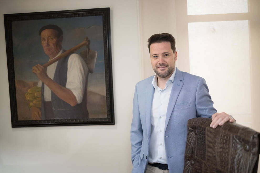 Alejandro Toquero posa en el despacho de alcaldía con el cuadro de su bisabuelo a sus espaldas.
