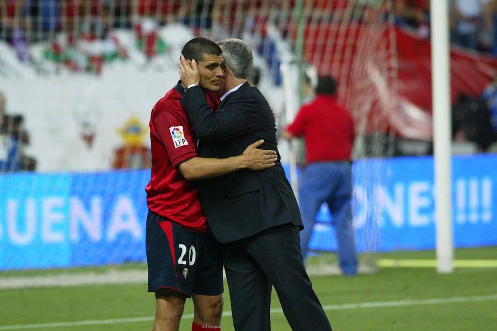 Javier Aguirre consuela a John Aloisi tras la final de la Copa del Rey en el Calderón.