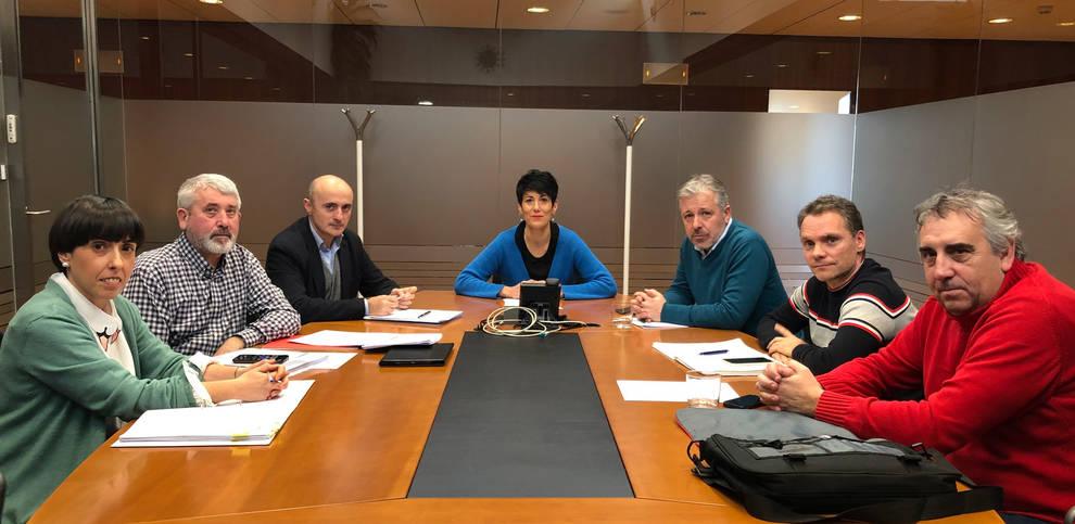 La consejera Elma Saiz y el presidente del sindicato UAGN, Félix Bariain, durante la reunión.