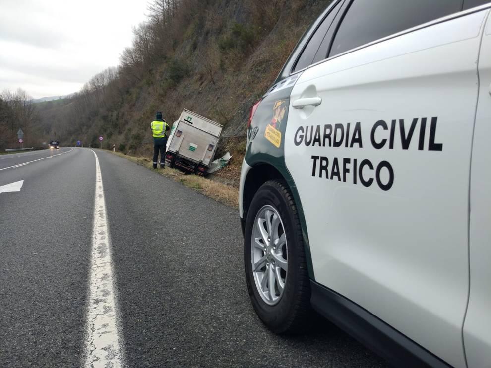 Un camión sufre una salida de vía en la carretera N121A, a la altura de la báscula de Zozaia