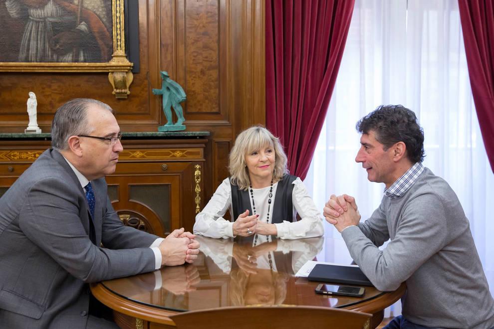 El alcalde de Pamplona recibe a la Fundación Remonte Euskal Jai Berri