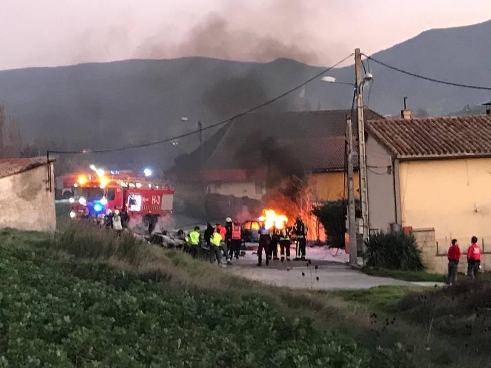 Imagen de la avioneta incendiada que se ha estrellado en Noáin.