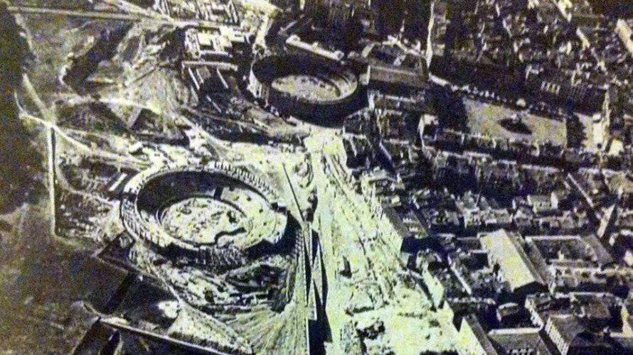 Foto antigua en la que se ven dos plazas de toros en Pamplona, una en construcción