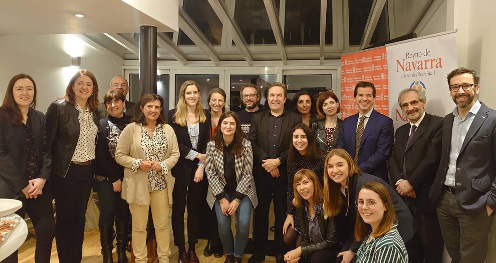 El director general de Acción Exterior, Mikel Irujo, con navarros residentes en Bruselas
