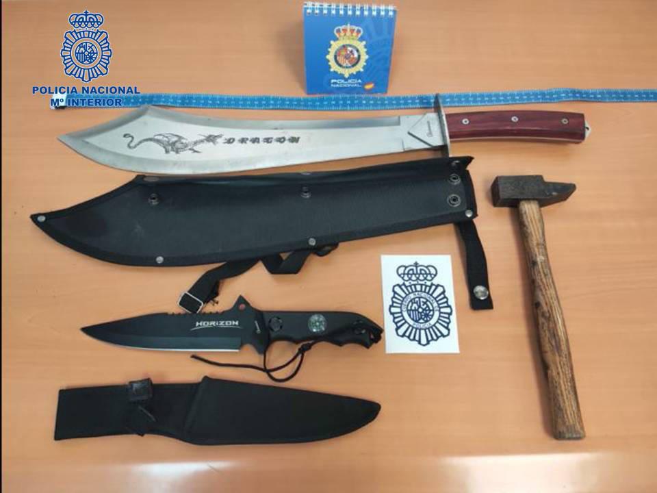 Intervenidos en Dantxarinea un machete de 50 cm, un cuchillo de monte y un martillo