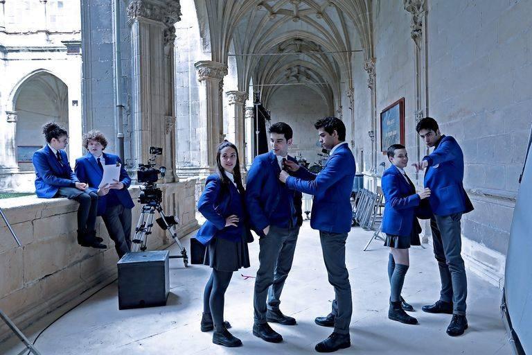 Los actores protagonistas de la serie El Internado Las Cumbres, rodando en el Monasterio de Irache