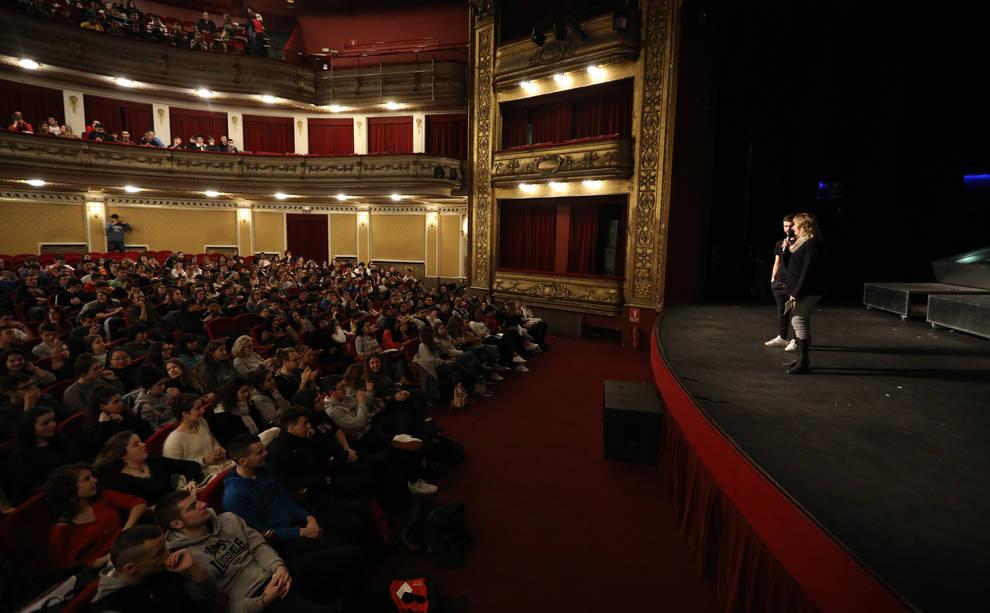 Casi 1.200 alumnos navarros acuden al Gayarre a ver la obra Barro