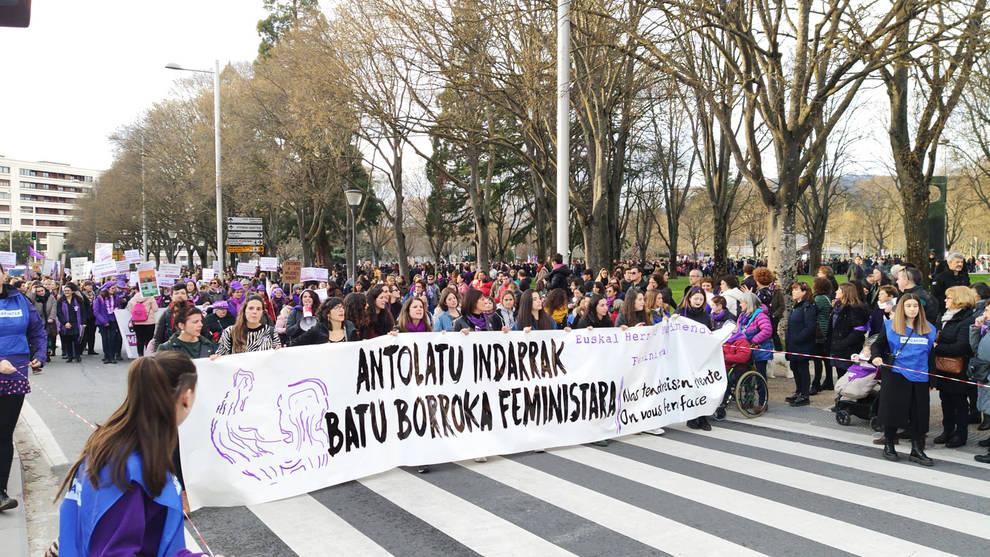 Miles de personas marchan desde Antoniutti por los derechos de la mujer