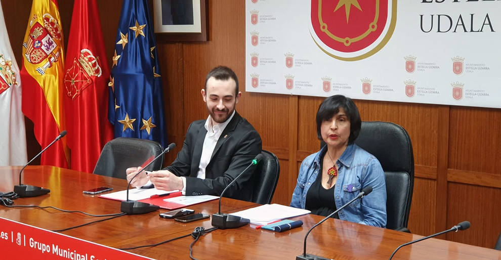 Jorge Crespo y Magdalena Hernández, en el Ayuntamiento de Estella.